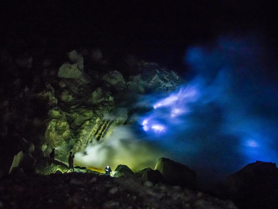 Невероятная голубая лава вулкана Кавах Иджен