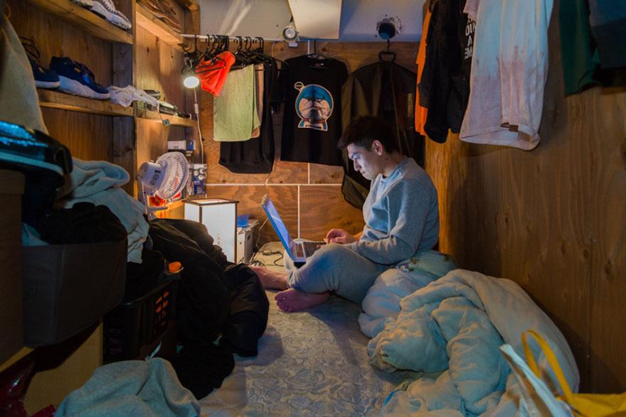 Фотографии людей, которые живут в самых тесных номерах в японском отеле