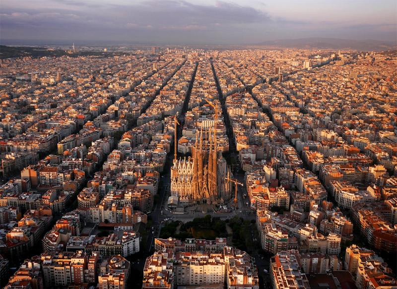 Упорядоченные городские кварталы вокруг Храма Святого Семейства (Искупительный храм Святого Семейства / Саграда Фамилия), Барселона, Испания