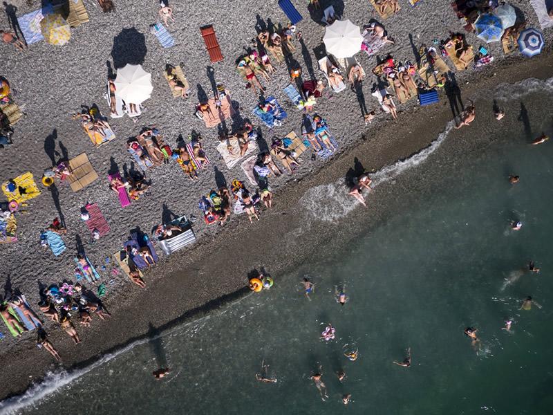 Российские туристы на пляже в Абхазии