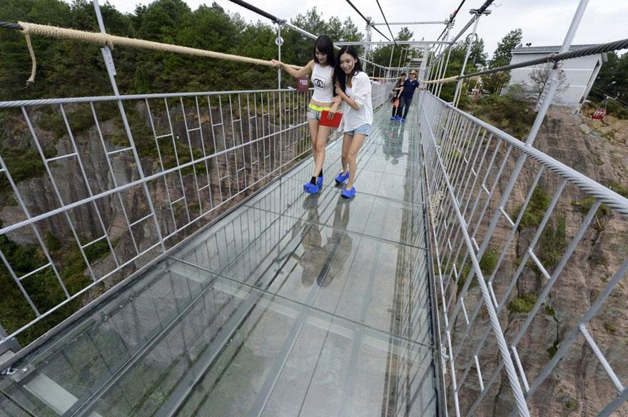 В Китае построили самый длинный стеклянный мост в мире для храбрецов - 8