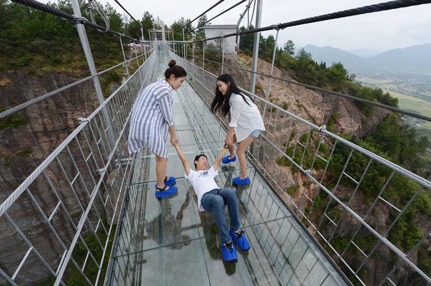В Китае построили самый длинный стеклянный мост в мире для храбрецов - 5