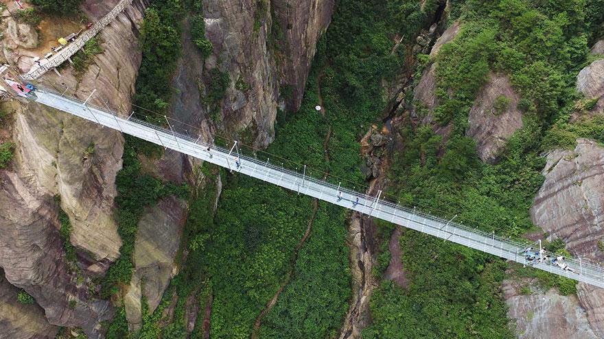 В Китае построили самый длинный стеклянный мост в мире для храбрецов - 3