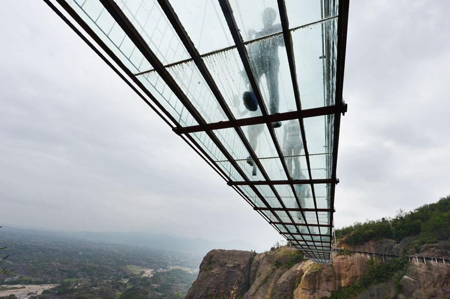 В Китае построили самый длинный стеклянный мост в мире для храбрецов - 4