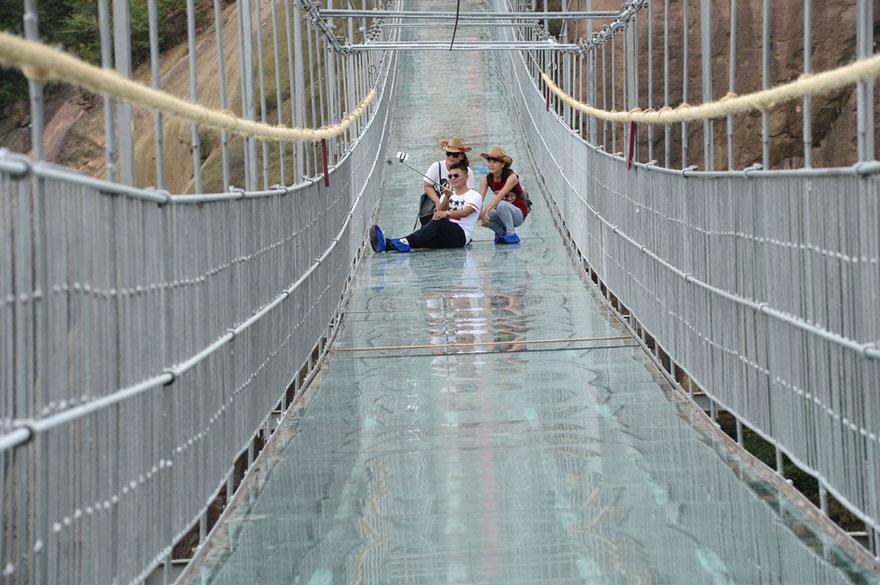 В Китае построили самый длинный стеклянный мост в мире для храбрецов - 7