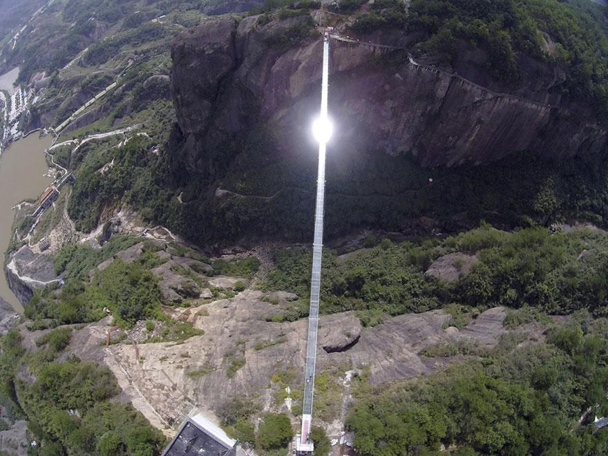 В Китае построили самый длинный стеклянный мост в мире для храбрецов - 1