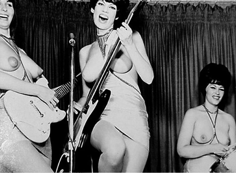 голые девушки пели