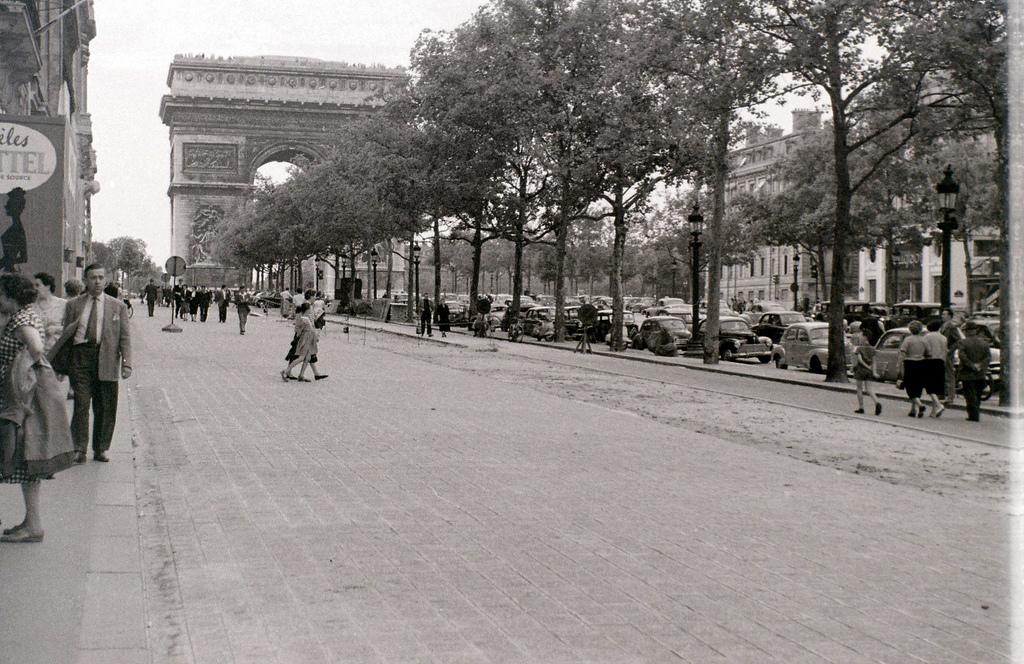 На экскурсию в Париж: столица Франции в объективе фотографа-любителя в 1955 году 21
