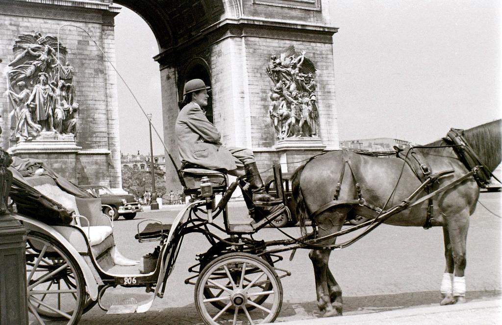 На экскурсию в Париж: столица Франции в объективе фотографа-любителя в 1955 году 34
