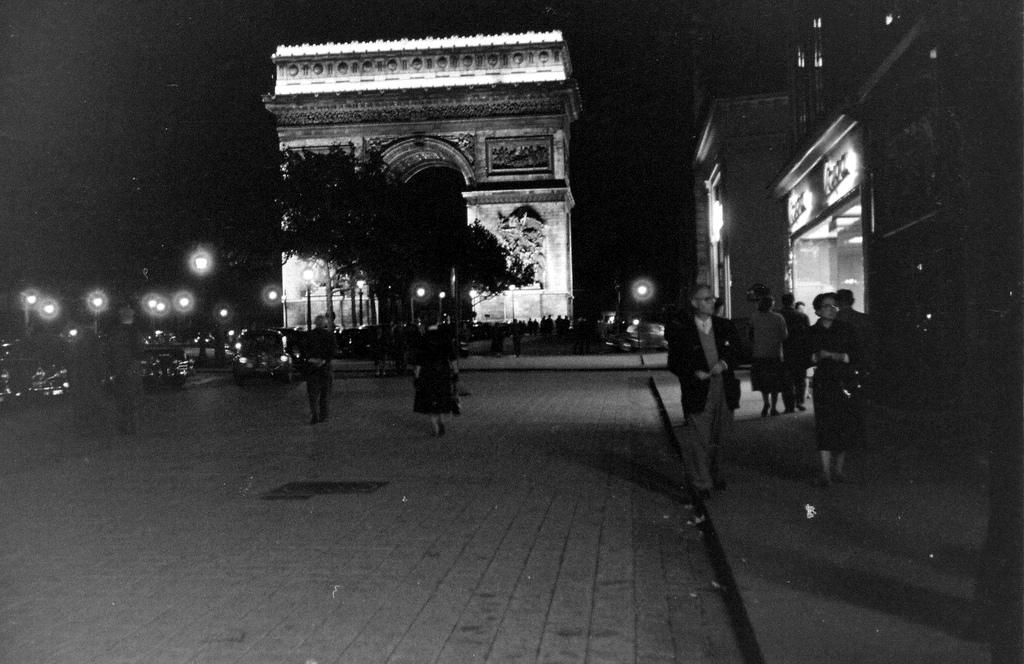 На экскурсию в Париж: столица Франции в объективе фотографа-любителя в 1955 году 55
