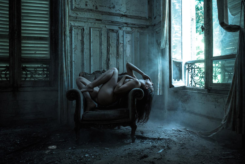Ласковые девушки нежатся в заброшенном здании  474456