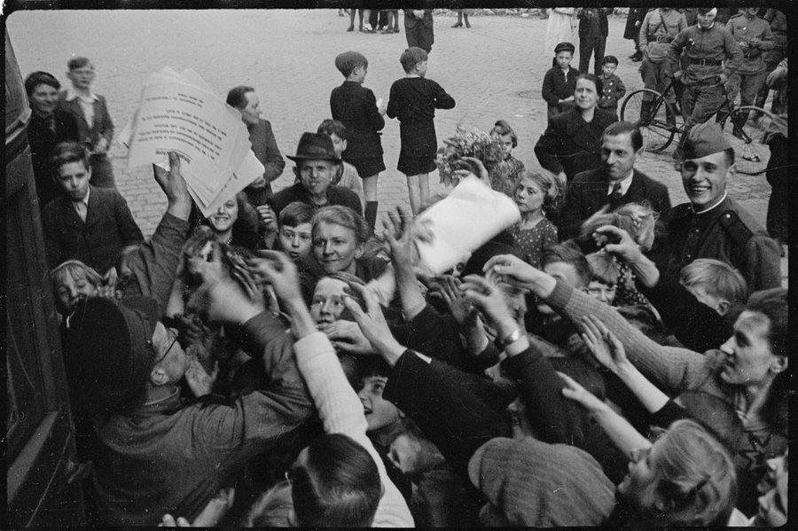 Случайно обнаружились уникальные фотографии Второй мировой ...: http://cameralabs.org/11053-sluchajno-obnaruzhilis-unikalnye-fotografii-s-vtoroj-mirovoj-vojny