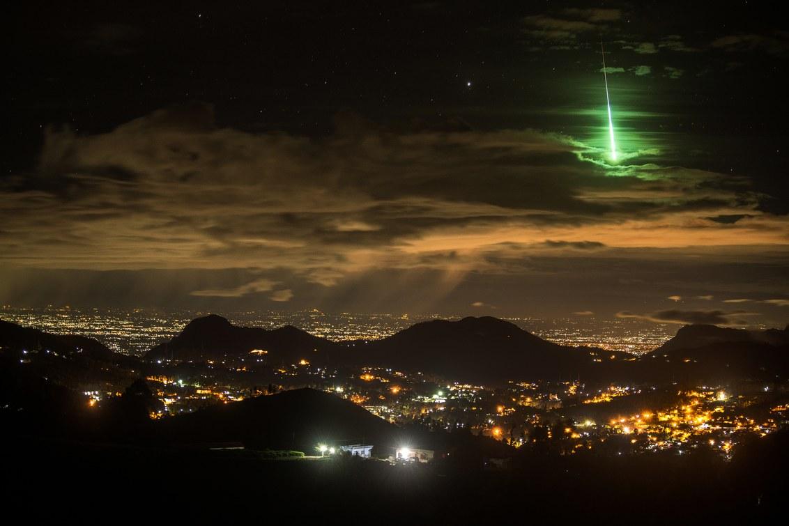 Yarkiy zelenyy meteor nad Indiey