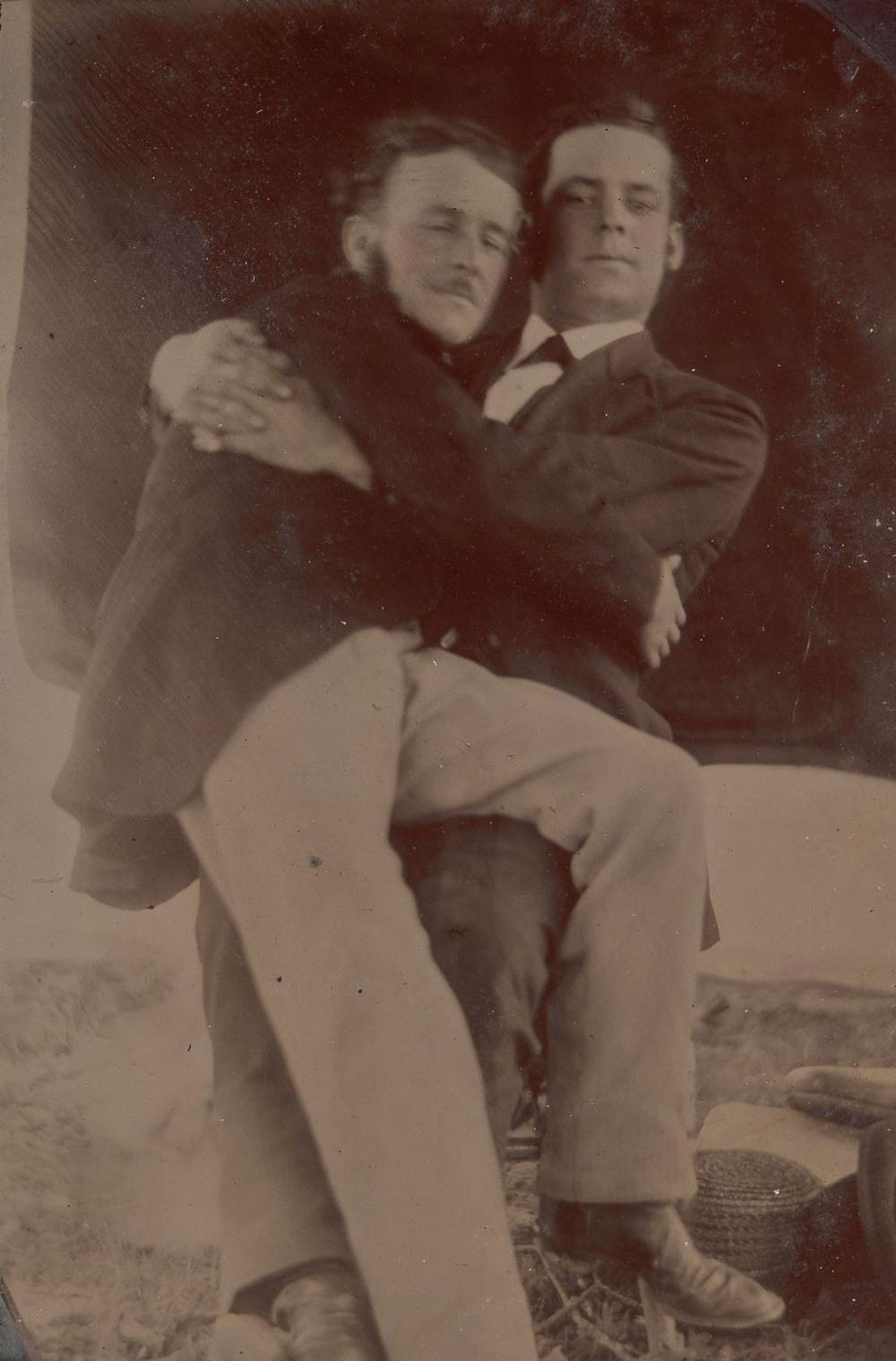 Броманс в викторианскую эпоху: интимные мужские объятия в редких фотографиях конца 1800-х годов  12