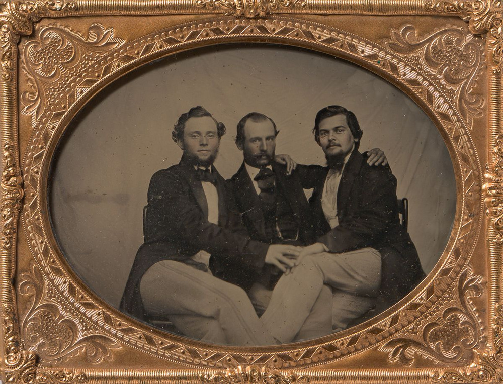 Броманс в викторианскую эпоху: интимные мужские объятия в редких фотографиях конца 1800-х годов  14