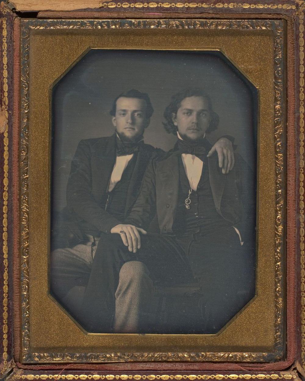 Броманс в викторианскую эпоху: интимные мужские объятия в редких фотографиях конца 1800-х годов  4