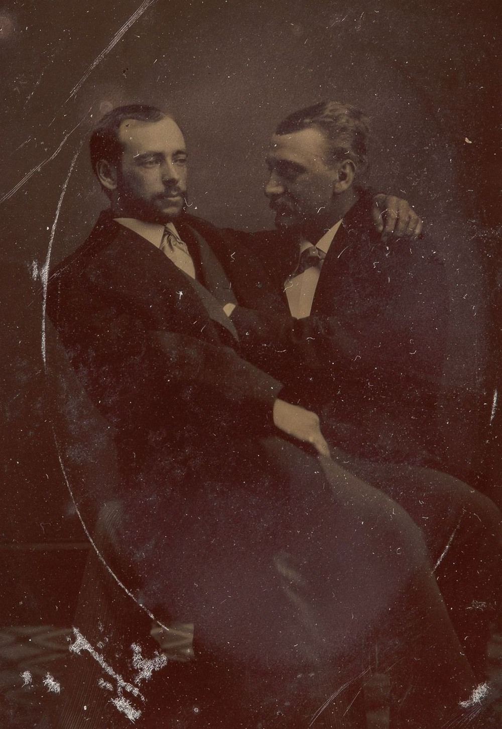 Броманс в викторианскую эпоху: интимные мужские объятия в редких фотографиях конца 1800-х годов  9