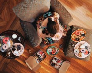 Женщины и еда в гиперреалистичных картинах Ли Прайс