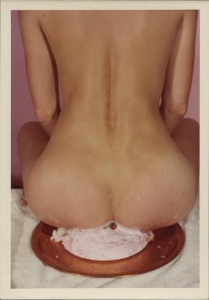 Ретро-фотографии обнажённых женщин, сидящих на разных предметах