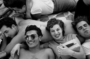 Уличные фотографии Гарольда Файнстайна. Чёрно-белые кадры, в которых поселилось лето