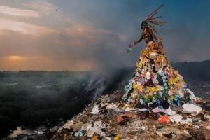 Наряды из мусора в стиле высокой моды. Фотограф Фабрис Монтейро
