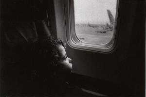 Черно-белое фото: взгляд из окна