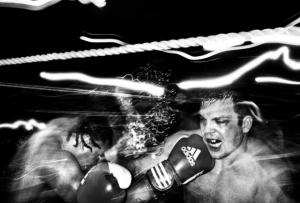 Ветераны морской пехоты и мужчины модели в подпольных боксёрских поединках. Фотограф Девин Ялкин