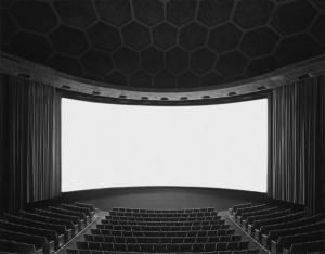 «Театры»: фотограф Хироси Сугимото показал, как выглядят полнометражные фильмы в одном кадре