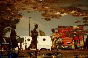 Повседневная жизнь города в уличных лужах от конголезского фотографа