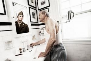 Пожилые люди смотрят на своё молодое отражение в фотопроекте Тома Хасси