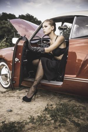 «Живые» фотографии в стиле ретро с прекрасной фотомоделью и заглохшим авто