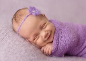 Портреты, полные счастья: как спящие младенцы улыбаются