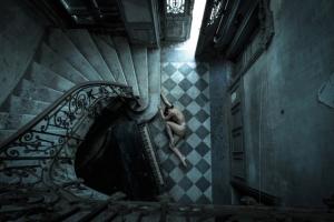 Поэтичные ню фотографии в заброшенных зданиях. Фотограф Джереми Гиббс