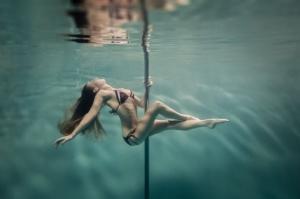 Танцы на пилоне под водой. Фотограф Бретт Стенли