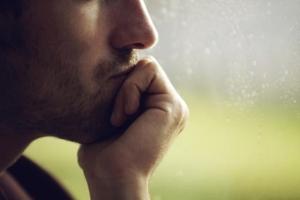 Почему мрачные люди с непростым характером зарабатывают больше, живут дольше и более счастливы в браке