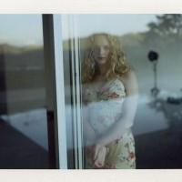 Женщины в атмосферных полароидных фотографиях 1990-х