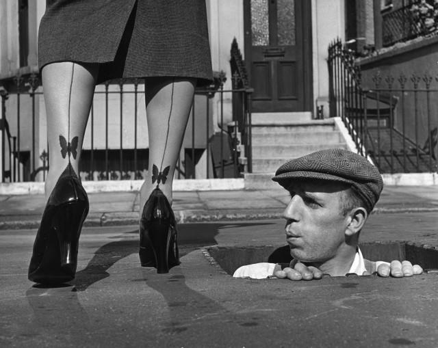 Мужчина смотрит на женские лодыжки, 1950-е. Автор Курт Хаттон