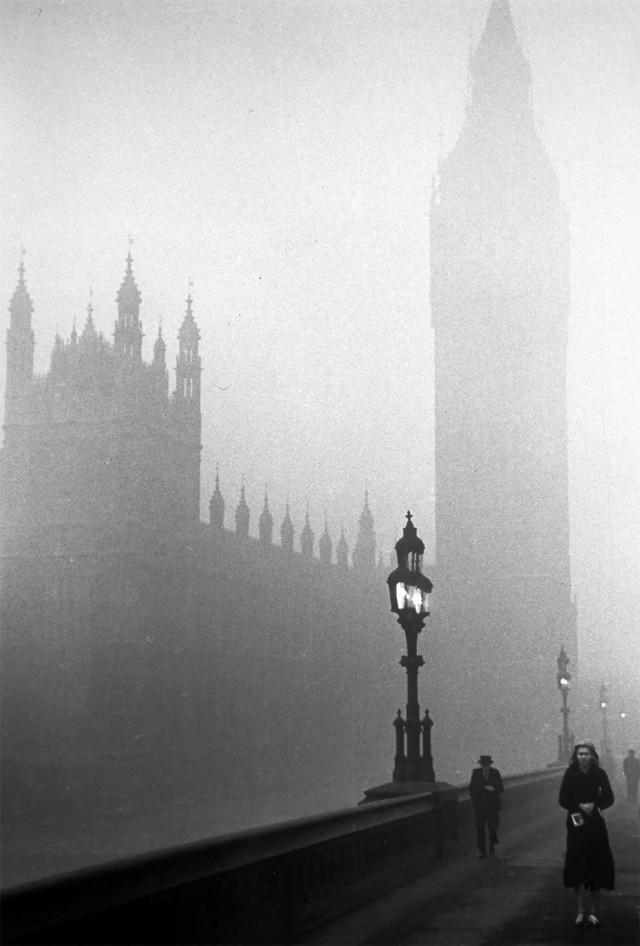 Вестминстерский дворец в тумане, Лондон, 1939. Автор Курт Хаттон