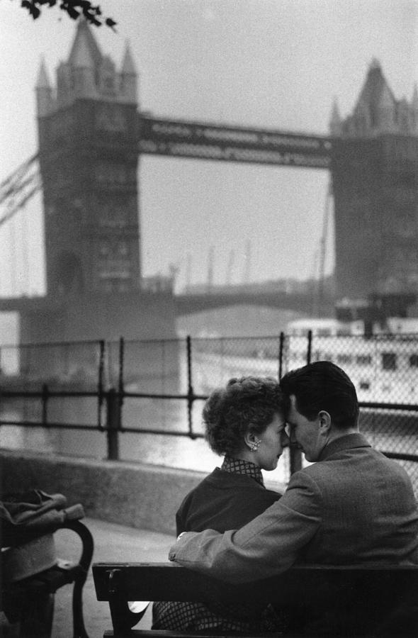 Лондонская романтика на набережной Темзы, 1954. Автор Курт Хаттон