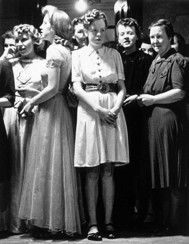 Девушки в ожидании партнёров на танцах, 1940-е. Автор Курт Хаттон