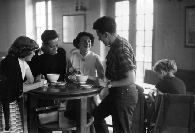 Британские студенты, изучающие французский в Сорбонне, общаются с друзьями за чашечкой кофе. Париж. Автор Курт Хаттон