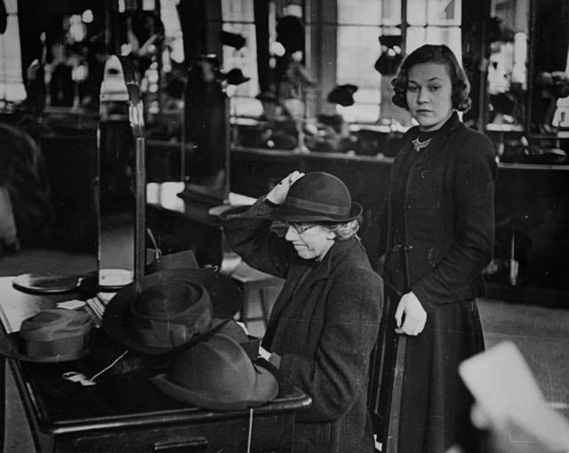 К чёрту шляпу, 1942. Автор Курт Хаттон