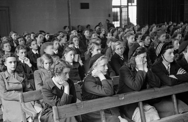 Школьницы на репетиции молодёжного оркестра. Автор Курт Хаттон