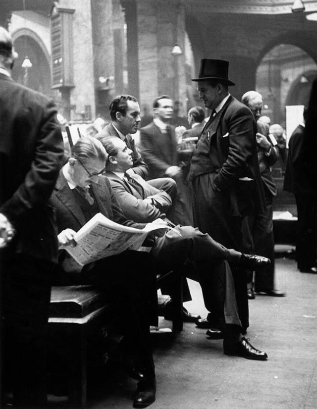 Брокеры и дилеры на Лондонской фондовой бирже, 1951. Автор Курт Хаттон