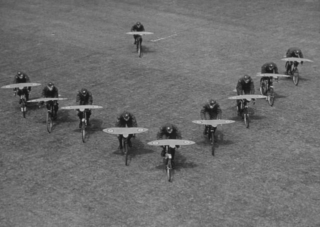 Курсанты учатся искусству строевого полёта на велосипедах, 1942. Автор Курт Хаттон