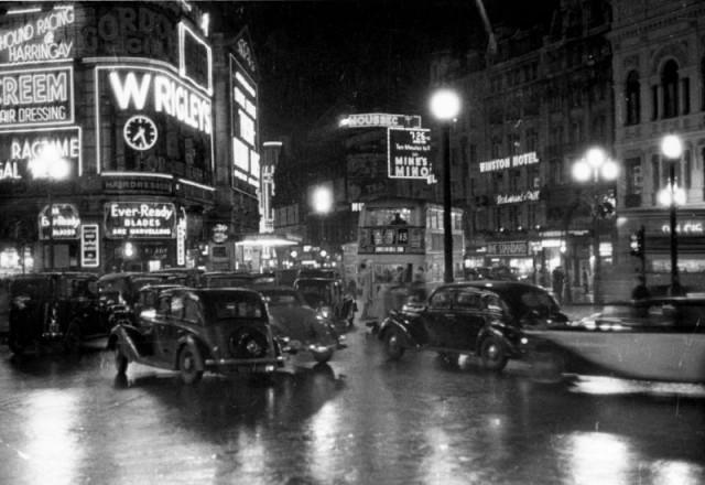 Оживлённая ночная улица Пикадилли в историческом центре Лондона. Автор Курт Хаттон