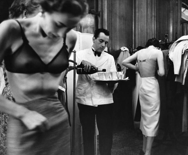 За кулисами на модном показе в Париже, 1953. Автор Курт Хаттон