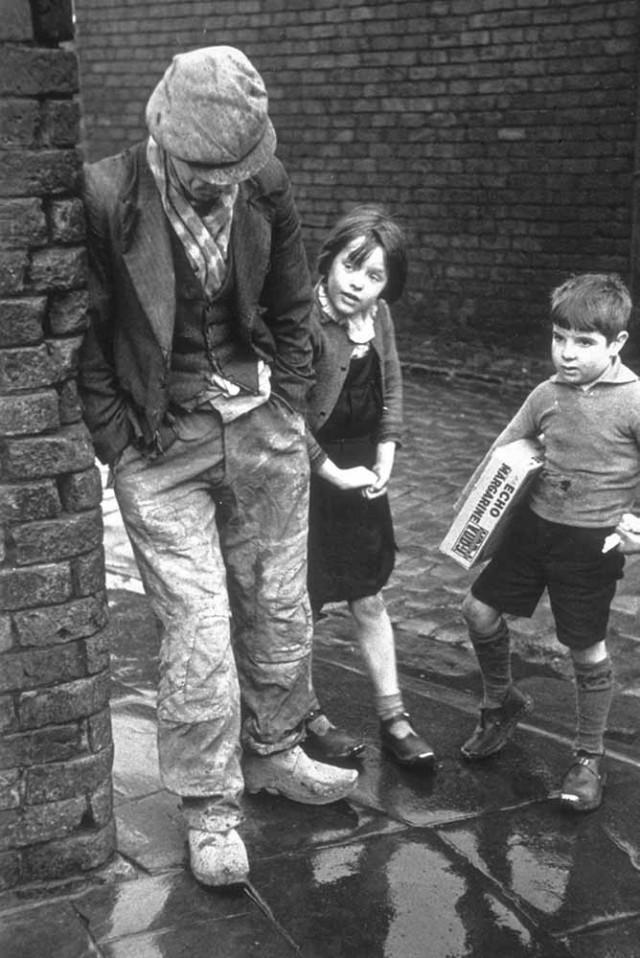 Бедность в Уигане. Безработный мужчина с двумя детьми, 1939. Автор Курт Хаттон