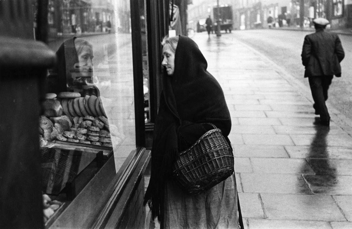 Женщина у витрины булочной в Уигане, 1939 год. Автор Курт Хаттон