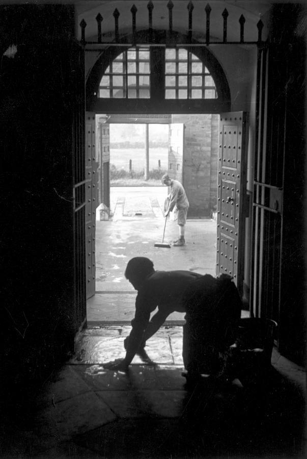 Заключённые моют полы, 1945. Автор Курт Хаттон